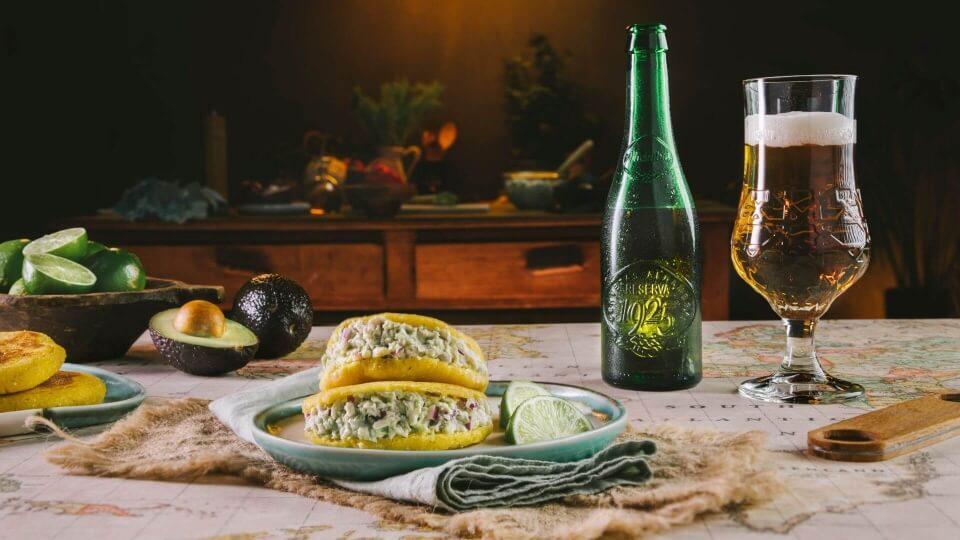 Arepas rellenas de reina pepiada, delicioso street food al estilo venezolano