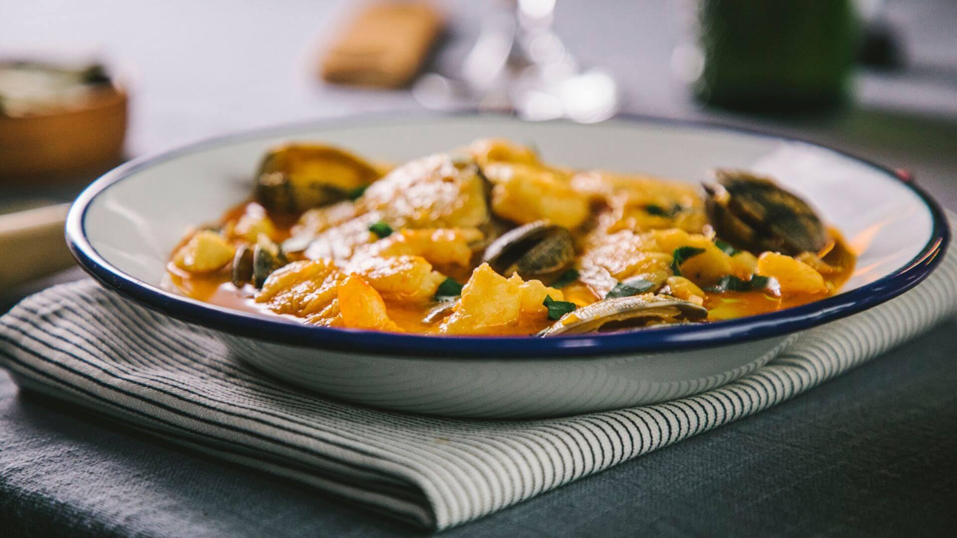 Sopa de pescado y marisco, el plato de cuchara más festivo para disfrutar todo el año