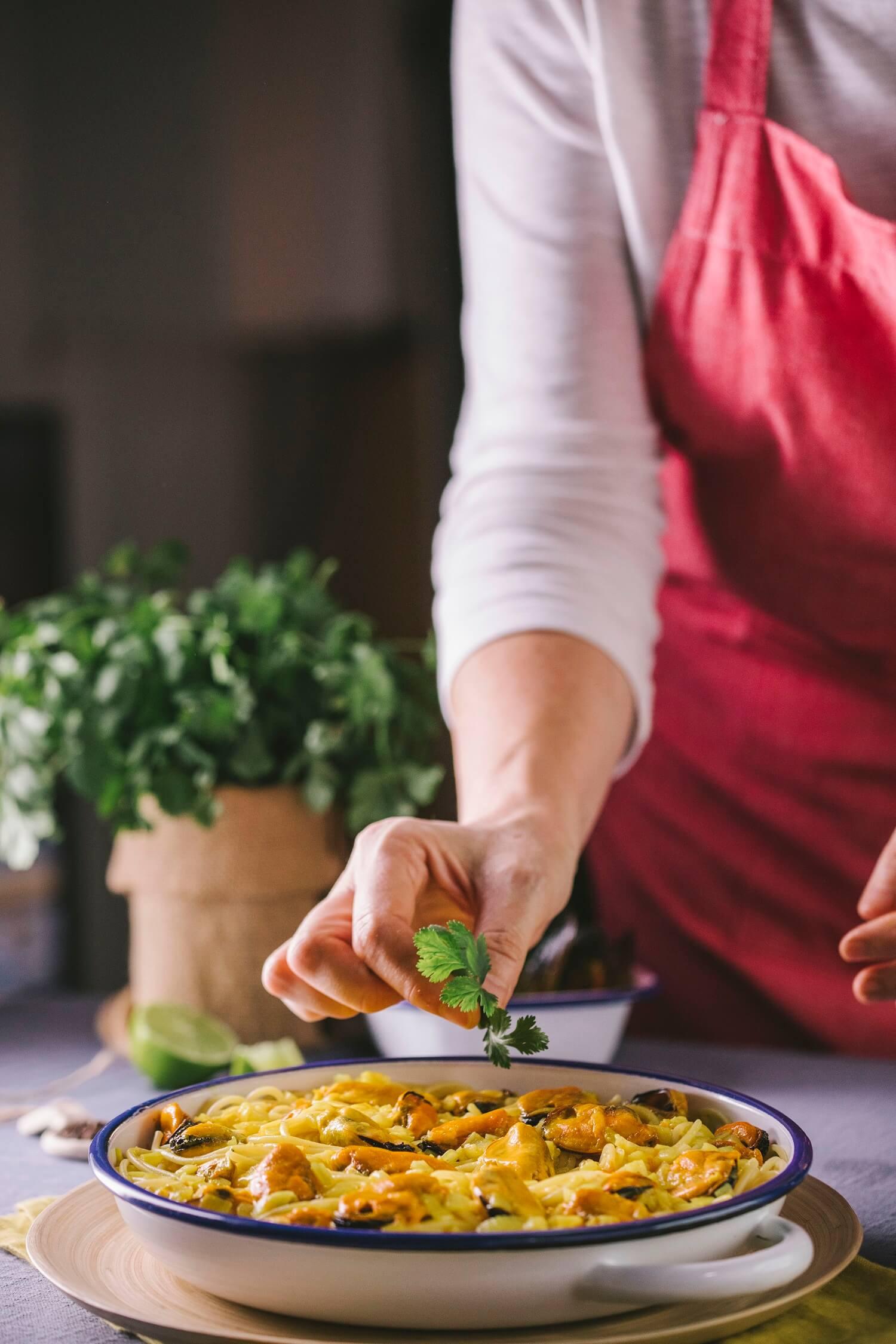Cómo preparar espaguetis con mejillones y salsa de curry para 6 personas
