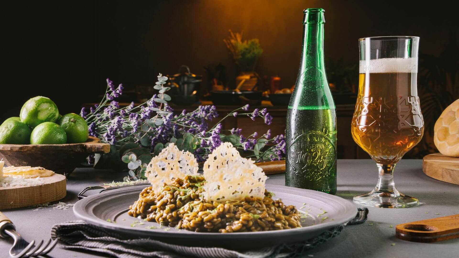 Risotto de ajo negro con crujiente de parmesano: un plato repleto de texturas y matices