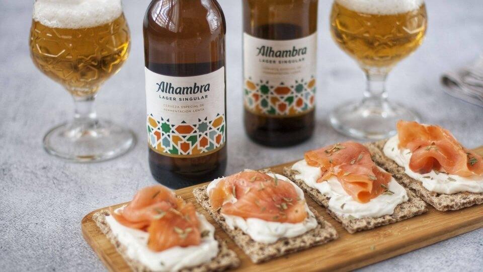 Canapé de salmón, queso crema y miel: juego de texturas para sorprender