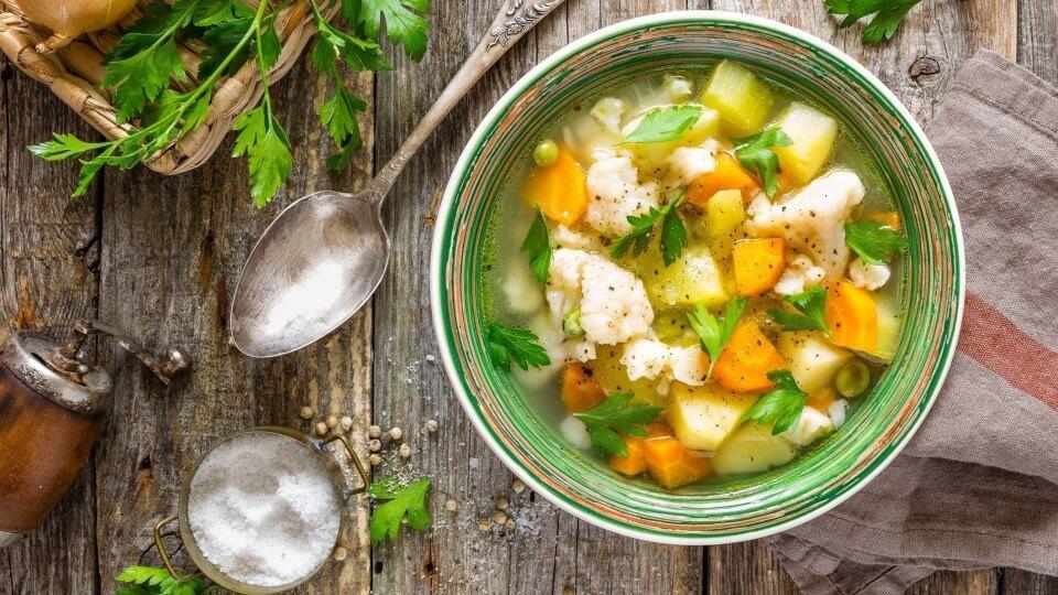 Cómo rescatar pieles, tallos y restos de verduras para preparar las sopas más deliciosas